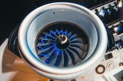 飞机引擎和刀片有蓝色背后照明关闭的 库存图片