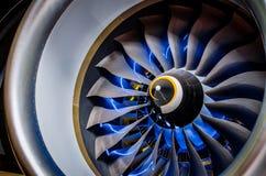飞机引擎和刀片有蓝色背后照明照明关闭的 库存图片
