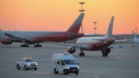 飞机执行乘出租车在机场滑行道 影视素材