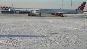 飞机拖曳费的完成在机场 喀山俄国 影视素材