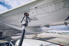 飞机换装燃料  库存图片