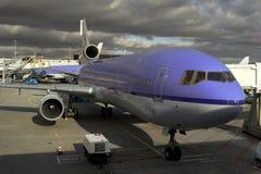 飞机换装燃料 免版税图库摄影
