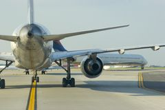 飞机接近的尾标 免版税库存图片