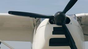 飞机推进器正面图在机场的 股票录像