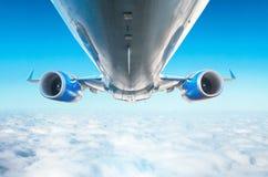 飞机是底视图翼和引擎飞行水平面视图的一个优秀看法  图库摄影