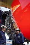 飞机机械员和波音747飞机引擎 库存图片