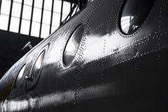 飞机机身的片段与铆钉和舷窗的在飞机棚 库存图片