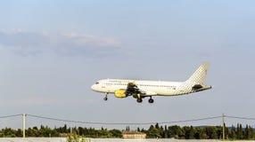 飞机来在机场登陆 免版税图库摄影