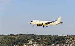 飞机来在机场登陆 图库摄影