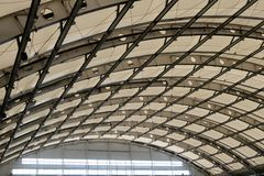 飞机棚、工厂厂房或者体育馆的玻璃屋顶 r r 库存图片