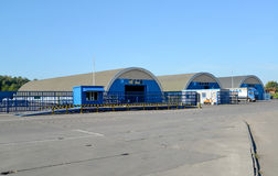 飞机棚在一个现代仓库的疆土 免版税库存图片