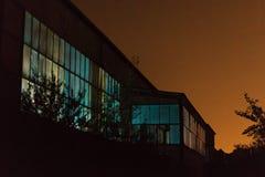 飞机棚在晚上 免版税库存照片