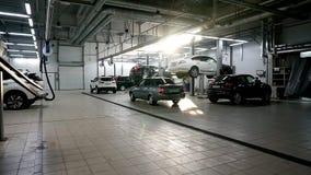 飞机棚许多汽车在电梯和在维护期间的地板上 股票视频