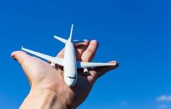 飞机模型在手中在晴朗的天空 旅行,运输,运输的概念,作梦关于假日 免版税库存照片