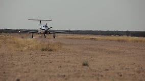 飞机沿小条移动在大草原中间 股票录像