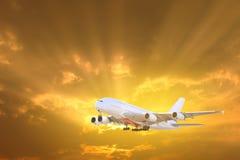飞机特写镜头 与飞机飞行的旅行背景在c 免版税图库摄影