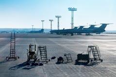 飞机由地勤人员为服务。 库存图片