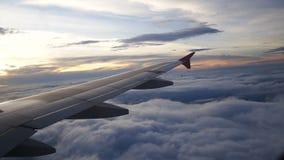 从飞机的一个看法 航空器通过云彩飞行 航空旅行概念 股票视频