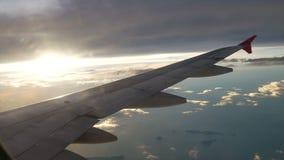 从飞机的一个看法 航空器通过云彩飞行 航空旅行概念 股票录像