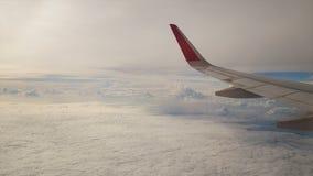 从飞机的一个看法 航空器通过云彩飞行 航空旅行概念 影视素材