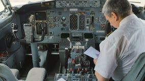 飞机的上尉准备对飞行并且填装文件 股票视频