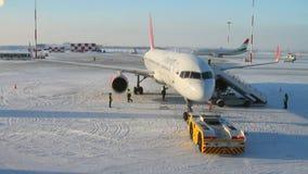 飞机的准备的完成飞行的 喀山俄国 股票录像