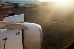 停放的飞机在黎明 免版税库存图片