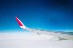从飞机的天空和白色云彩天际视图 免版税库存照片