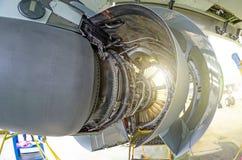 飞机的引擎在重的维护下的 库存照片