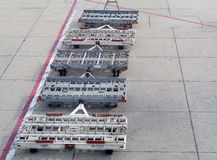 飞机的机场urrounding的在出租汽车跑道的辅助部件和服务 库存图片