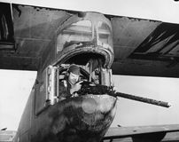 从飞机的炮兵生火(所有人被描述不更长生存,并且庄园不存在 供应商保单将有 免版税库存图片