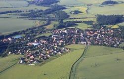 从飞机的看法在布拉格的郊区 免版税库存图片