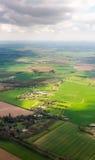 从飞机的看法在绿色草甸和领域 免版税库存照片