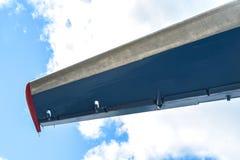 飞机的翼在天空背景的 免版税图库摄影