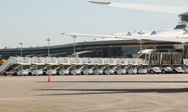 飞机的许多自动通道在线 免版税库存图片