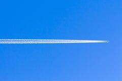 飞机的踪影在蓝天的 库存照片