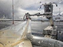 飞机的除冰器,除冰飞机空运 免版税图库摄影