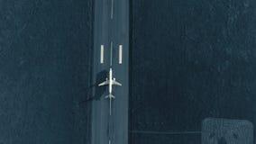 飞机的鸟瞰图在起飞方法的在机场跑道 顶视图 股票录像