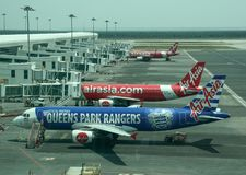 飞机相接在国际机场 库存照片
