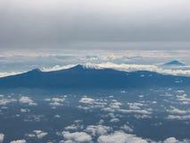 从飞机看见的乞力马扎罗山 免版税库存图片
