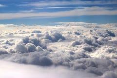 从飞机看见的云彩,阳光,土壤背景 免版税库存照片
