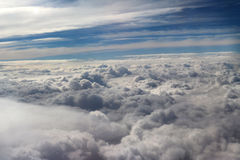 从飞机看见的云彩,阳光,土壤背景 免版税库存图片