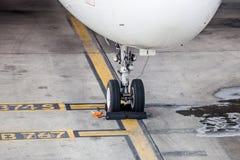 飞机着陆在地面的链轮停车处 免版税库存图片