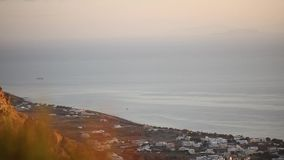 飞机着陆在岩石之外的反对海背景 影视素材