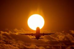 飞机着陆或起飞在日落与红色天空在布加勒斯特国际机场,简单的察觉 库存图片