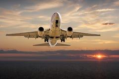 飞机着陆日落 免版税库存图片