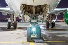 飞机着陆的三个机架在停车场的晚上适应在机场 库存照片