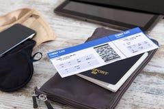 飞机票、护照和电子 免版税库存照片