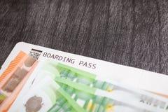 飞机票和金钱在桌上 欧洲钞票和登舱牌 买旅行的票的概念 灰色拷贝p 图库摄影