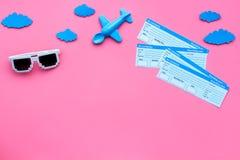 飞机票样品  与孩子的家庭旅行 Airplan玩具和太阳镜 文本的桃红色背景舱内甲板位置空间 免版税图库摄影
